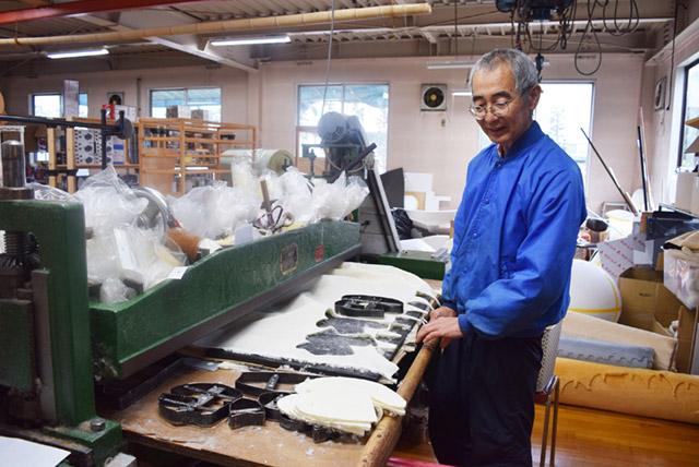 金型に圧力を加えてその型の形に布をカットしていく機械。