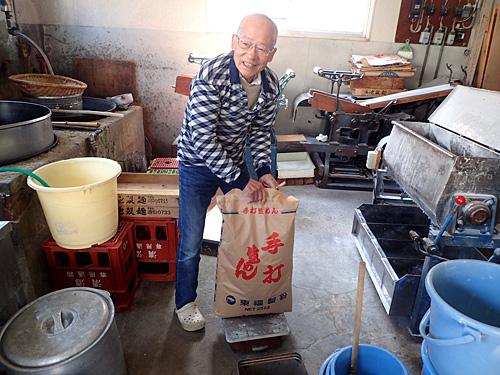 チャンポン用の麺作りを実演していただきました。ラーメン用も粉の種類や水分量、麺の細さが違うだけで、基本的な工程は一緒だそうです。