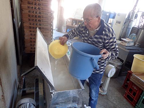 40年以上使い続けている機械で、粉とかんすい入りの水をミキシングする。。この機械を使いこなし均一に混ぜられるようになるまで、何十年も掛かったそうだ。