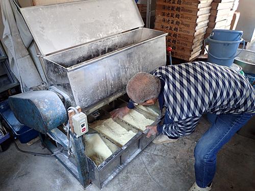 チャンポンで15分以上、博多ラーメンなら30分は混ぜて、しばらく寝かせてから次の工程へ。うどんに比べて水分が少なく、カラカラのオカラみたいな状態。