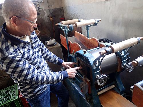 三台目に購入した中古の製麺機。これでミキシングした生地を伸ばしていく。