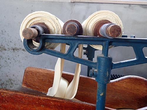 続いて帯状にした生地(麺帯)を二つ折りにして、重ねた状態でローラーに通して、一枚の帯に圧延をする。