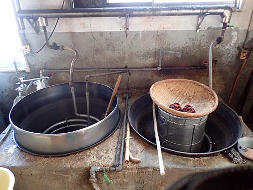 味のベースとなる豚骨スープは、製麺所内にある巨大な釜でじっくりと炊かれたもの。ラーメン屋の規模に対して、麺とスープを作る設備が贅沢だ。