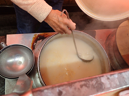 しっかりと下茹でをしてから長時間炊いた豚骨のスープだからこその、臭みのないクリーミーな味。