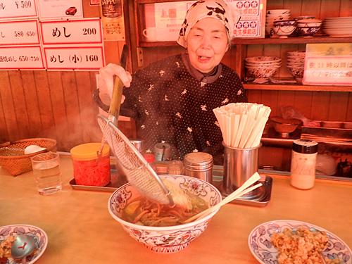 「ちゃんぽんの替え玉にラーメンの麺を入れると美味しいわよ」