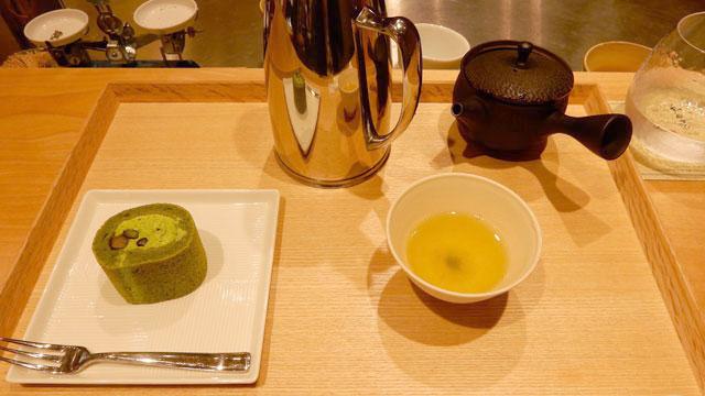 お茶とロールケーキのセットを注文。