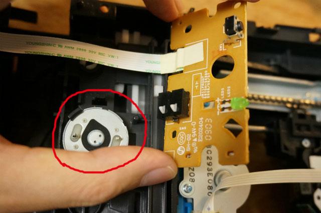 ばらしてみると、CDトレイの開閉は一つのモーターで動いていた