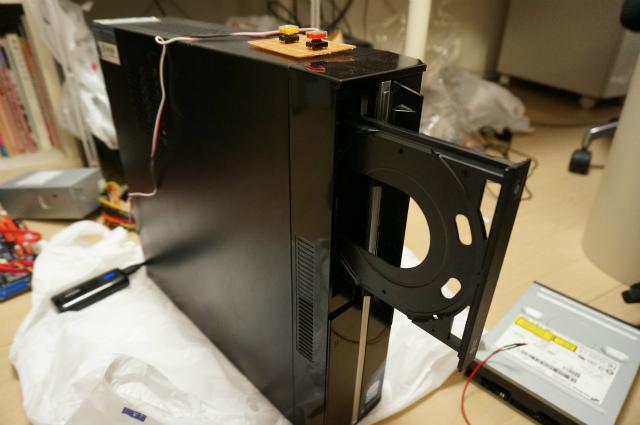 CDドライブ本体は元通りパソコンの中に戻して、操作用スイッチをつけたら完成。