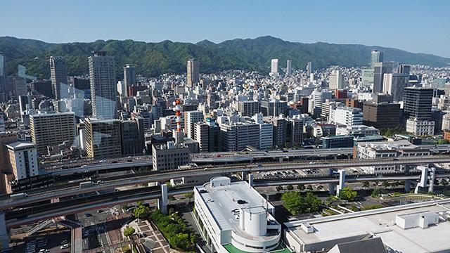 反対はすぐ山。六甲山が見える。