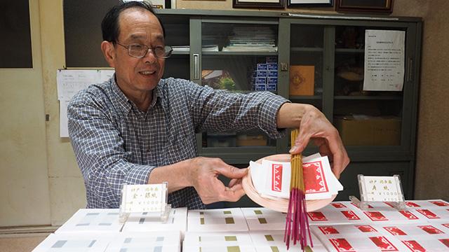 ろうそくとお線香と3種の紙銭を買う必要があった(500円くらい)。紙銭は赤が関羽、金が関羽以外の神様、銀がご先祖様のためのもの。
