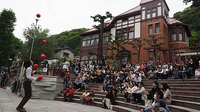 広場ではサーカス学校を出たという若いパフォーマーが拍手喝さいを浴びていた。ほんとに外国に来たような錯覚を覚える。