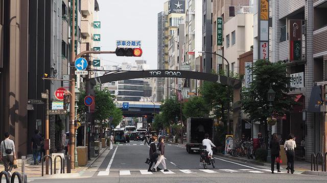 海方面に向かって撮った写真。神戸開港時に、外国人たちが職場のあった居留地(海側)と住居のある北野(山側)を行き来した重要な道路。
