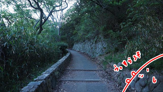 最後の目的地への車道は2輪が禁止だったため、近くの公園から徒歩で登る。
