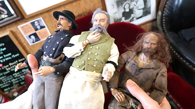 リアルですごい。左から北軍の兵士、床屋の主人、南軍の逃げてきた兵士