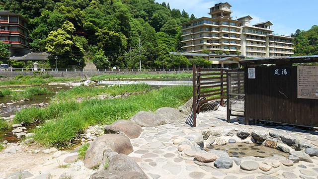 お店の裏側にある河原温泉