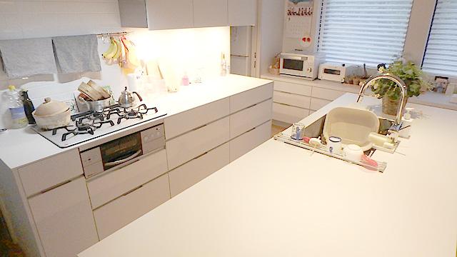 スタジオですかというレベルのオシャレで片付いたキッチン。うちの店より道具が揃っている。