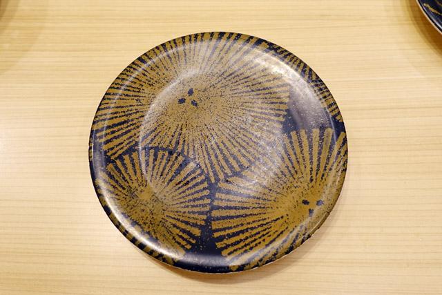 一方で、JPEGにとっては寿司なんてどうでもいいはず。きっと「皿の模様がどれだけ圧縮しづらいか」によって、強い寿司か弱い寿司かを区別するだろう。果たしてこの500円皿は、JPEGにとっては価値があるのか否か
