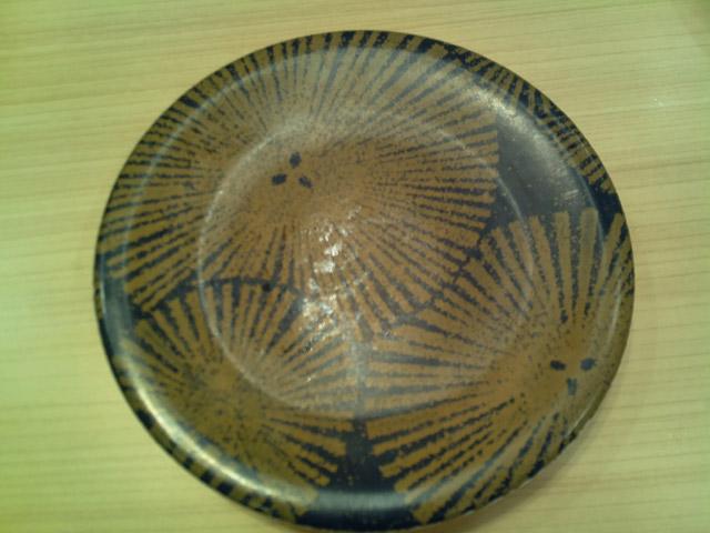 一方、500円の皿がやけに圧縮しづらいのはなぜか。どうやら黒っぽい皿は蛍光灯の光を反射して輝度ムラができるため、白っぽい皿よりも圧縮しづらいという理屈のようだった