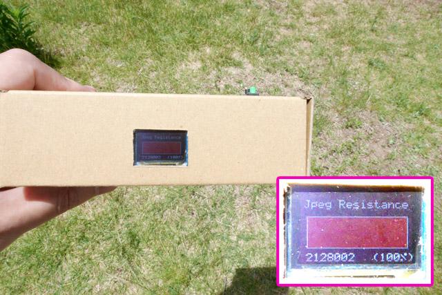これが一位の、日光が照りつける芝生だ! 測定器の設計が悪くてメーターが振り切れてしまったが、%に直すと「135%」に相当する