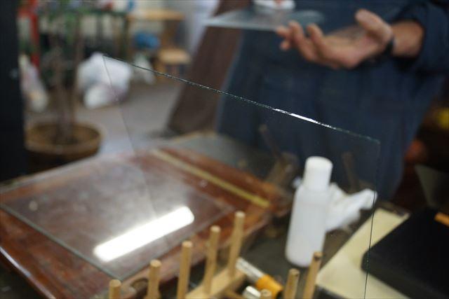 成形後はガラス板を徹底的に磨きます。