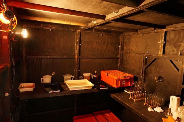 その内観。スタジオは鉄工所の二階にあり、固定のクレーンでコンテナを持ち上げ収容するのだそう。