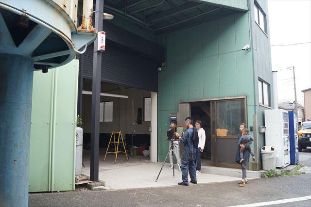 屋外で撮りましょう、とスタジオの外へ。