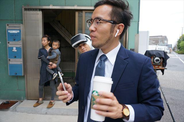 撮影準備に興味津々の私と、肩から生えていた安藤さん。