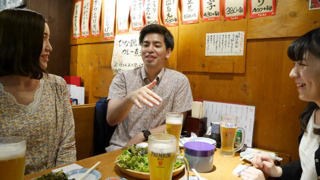 高校1年のクラスが同じだった砂川さん(左)、松村さん(中央)、平良さん(右)。