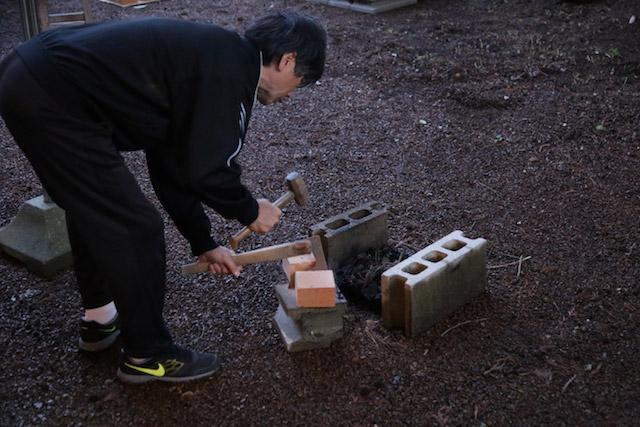 父が鉄斧でカツンと割る
