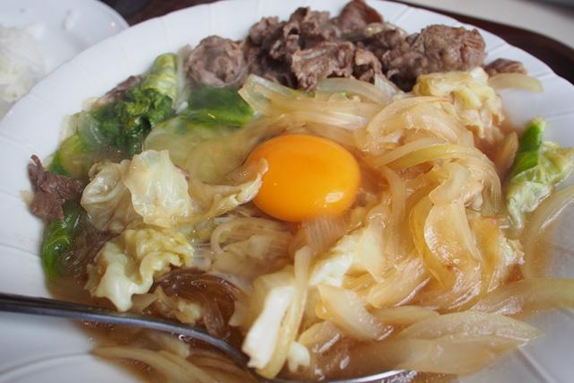 沖縄の大衆食堂にある「すき焼き」は、皿にのって出てくる。ご飯も茶碗じゃなく皿にのってるのも衝撃。タバスコが近くにあるんですが、すき焼きにかけるんでしょうか。