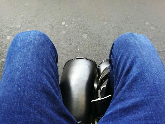 足元に置いても良いのだが、革は硬いしなにより金具が足に刺さって地獄のように痛い