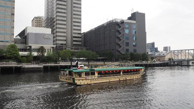 水門周辺に流れている川のようなものは、高浜運河。時折船が通過していく