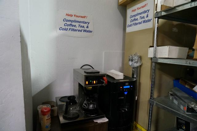 長居してもいいように、コーヒーのセルフサービスまである。泣けるサービス精神