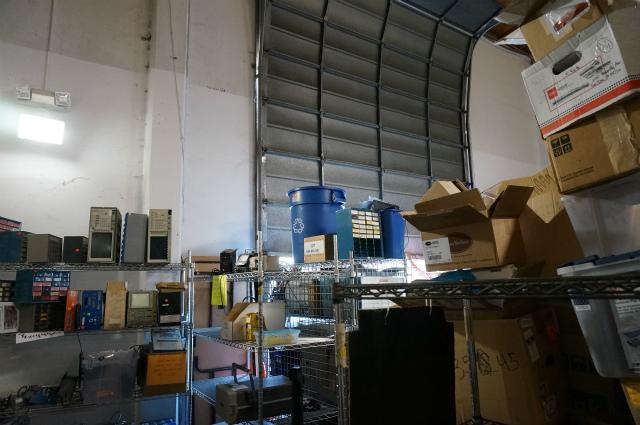 最奥の壁はシャッターに。倉庫なので搬入口があるのだ