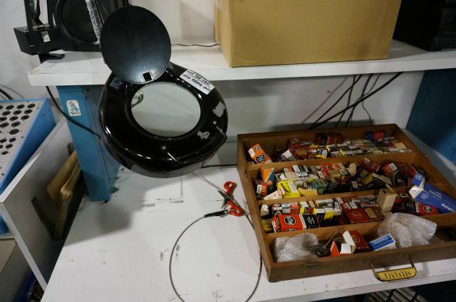 製品チェックのコーナー。右側にもカラフルな真空管の箱がたくさん敷き詰められている