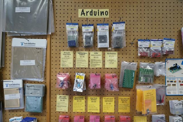 モダンなArduinoとかRaspberry Pi関連のものも売ってる(ただしマイコン本体はあんまり置いてないみたい)