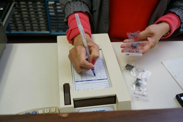 意表を突いた手書き伝票。電子部品店なのに電子化されてない!