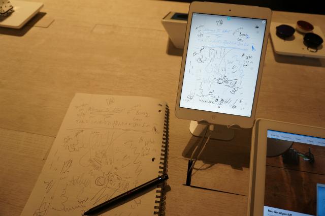 Neo smartpen。専用ノートに書くとそのまま画面にも転写されるし、ノートのページをめくると画面のページも切り替わる。どうやって連動してるのかわからない!これはすごかった。(しかしノートが高い)