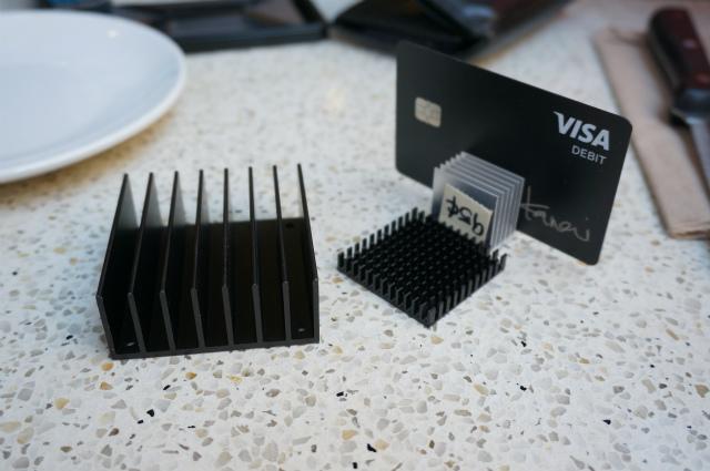 ヒートシンクはカード立てとして使えて便利らしい。なるほど…!