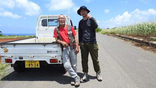 昨年の久米島取材にて。保玖村さんは携帯電話に私を「ハブ伊藤」と登録していた。