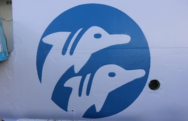 トレードマークのイルカがロン毛っぽい。