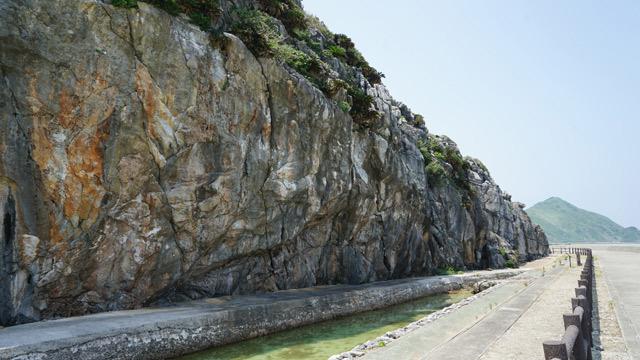 崖下に石を積んで作った通路(アマンジャキ)昔は満潮時に海岸線の道が使えなくなるためここを使っていたという。実際通行するのは怖かっただろうな。(現在は通行禁止)