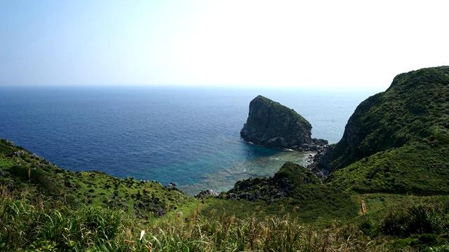 島尻毛散策道からの眺め。一面の緑から顔を出すカリカリの岩石がクール。