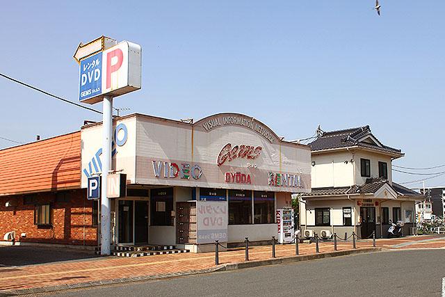 廃業したビデオ屋さんの隣は交番でした。お城をモチーフにしてるのは、忍城というお城が行田にあるからでしょう(行かないけど)。