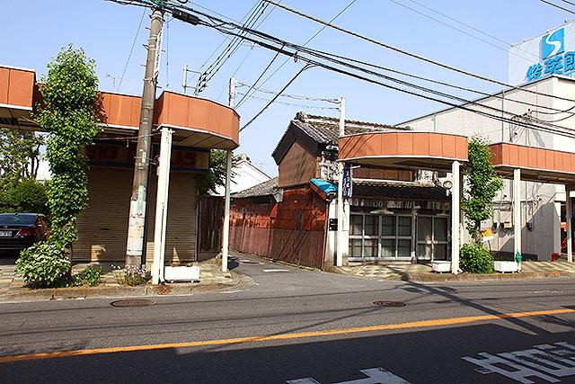 アーケードなのに普通の家もあるなー、と思ったら江戸時代末期に建てられた半蔵造りの老舗印刷所だそうです。
