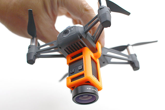 小型のカメラを機体の下に付けるアタッチメント。軽いので飛べます。魚眼レンズも付けられます。