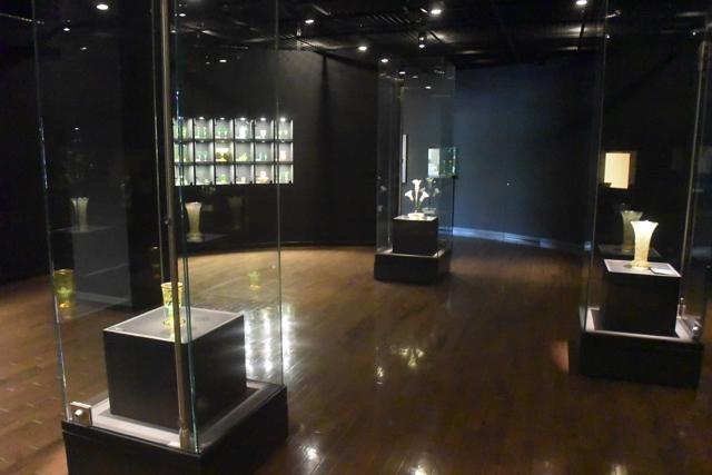館内はこんな感じ。ちょっと暗めになっていてウランガラスの光が見やすい。
