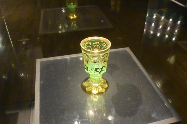 ゴブレット(酒盃)。ウランガラス発祥の地であるボヘミア地方のもの。