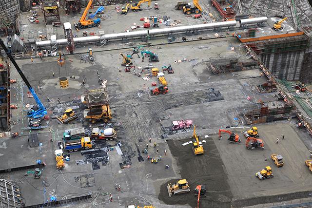 本体工事現場の上は多くの重機や人が動き回っていた