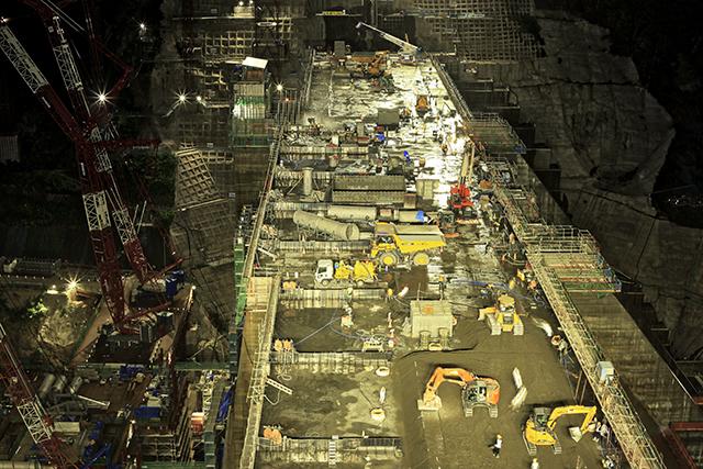夜遅い時間だけど多くの重機とたくさんの人が働いている